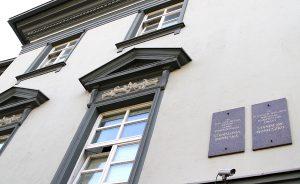 W 120. rocznicę śmierci Moniuszki na ścianie kamienicy, w której mieszkał  odsłonięta została tablica pamiątkowa Fot. Marian Paluszkiewicz