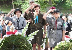 Hołd polskim żołnierzom przy Mauzoleum Matki i Serca Syna na Rossie złożyli też harcerze Fot. Marian Paluszkiewicz