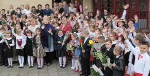 Prezydent Grybauskaitė wraz społecznością szkoły ławaryskiej pozowała do zdjęcia przy nowym gmachu placówki Fot. Marian Paluszkiewicz