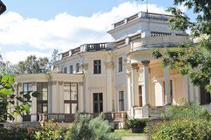 Oryginalna elewacja ogrodowa pałacu Tyszkiewiczów z wysuniętym do przodu półkolistym ogrodem zimowym Fot. Marian Paluszkiewicz