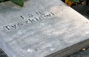 Płyta nagrobna w miejscu ostatniego spoczynku ostatniego właściciela Waki Fot. Marian Paluszkiewicz
