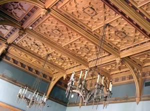 Wspaniałe, bogato rzeźbione, intarsjowane stropy w dwu salach odkryto dopiero w 1970 r. Fot. Marian Paluszkiewicz