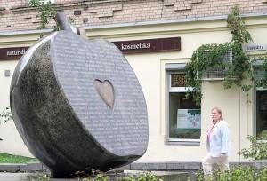 Pomnik w kształcie połówki jabłka w skwerze u zbiegu ulic Mindaugo i Vivulskio Fot. Marian Paluszkiewicz