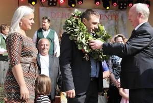 Wicemer Andrzej Andruszkiewicz nagrodził zwycięzcę konkursu na najlepszego rolnika roku Andrzeja Kulevičiusa z żoną Anetą  Fot. Marian Paluszkiewicz
