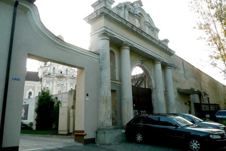 Brama prowadząca do kościoła Wizytek jest dziełem Narbutta<br>Fot. Justyna Giedrojć