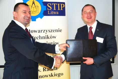 Robert Niewiadomski, prezes STIP na Litwie i Piotr Dudek prezes STIP w Wielkiej Brytanii podczas przekazania funkcji przewodnictwa  Fot. Stanisław Olszewski