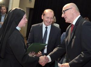 Ambasador tytularny Janusz Skolimowski gratuluje s. Beacie Sztorc, katechetce z Gimnazjum w Ejszyszkach Fot. Marian Paluszkiewicz
