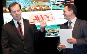 Życzenia na ręce Jubilata od Waldemara Tomaszewskiego, przewodniczącego AWPL, europosła oraz wicemera Wilna Jarosława Kamińskiego Fot. Marian Paluszkiewicz