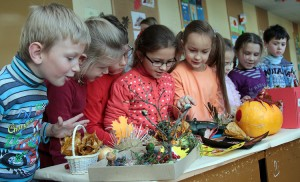 Uczniowie klas początkowych na wystawie jesiennych darów mogli podziwiać swe dzieła Fot. Marian Paluszkiewicz