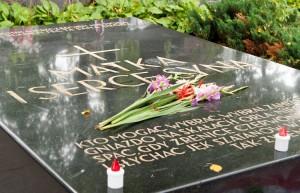 na jednym cmentarzu spoczywają — patriarcha litewskiej niepodległości Jonas Basanavičius, a obok znajduje się Mauzoleum Marszałka Józefa Piłsudskiego, przez Litwinów uważanego za największego wroga tej niepodległości