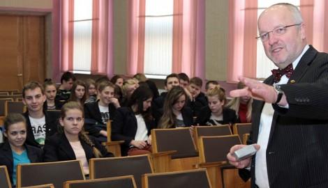 Minister opowiedział uczniom o historii litewskiego oręża, które hartowało się na polach walki decydujących o losach Litwy, Rzeczypospolitej Obojga Narodów oraz całego kontynentu     Fot. Marian Paluszkiewicz