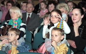 Bliscy z uwagą śledzili przebieg akcji na scenie Fot. Marian Paluszkiewicz