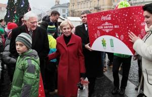 Były prezydent Litwy Valdas Adamkus wraz z małżonką Almą Adamkienė wziął udział w ceremonii odprowadzenia karawany na Placu Ratuszowym w Wilnie     Fot. Marian Paluszkiewicz