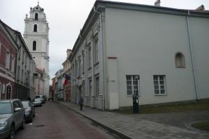 Skwer przy ul. Świętojańskiej (obok Ambasady RP na Litwie), na którym  znajdowała się kamienica należąca do Wawrzyńca Gucewicza Fot. Justyna Giedrojć