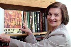 """Naczelny redaktor Helena Ostrowska prezentuje pierwszy numer """"Magazynu Wileńskiego"""" sprzed 25 lat Fot. Marian Paluszkiewicz"""