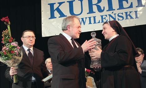 Kryształowy puchar zwyciężczyni plebiscytu wręczył Zygmunt Klonowski Fot. Marian Paluszkiewicz