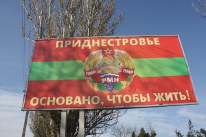 Propagandowe plakaty również utrzymują mieszkańców w stanie zagrożenia i czujności Fot. Waldemar Szełkowski