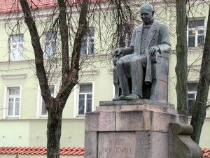 Pomnik Józefa Montwiłła na skwerku przy kościele franciszkanów Fot. Marian Paluszkiewicz