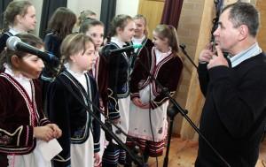 Podczas uroczystości nie mogło zabraknąć wkładu uczniów, którzy pod opieką Edwarda Mogilnickiego, kierownika chóru, przygotowali występ Fot. Marian Paluszkiewicz