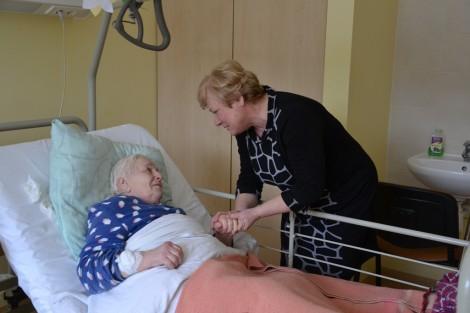 Z ciepłymi słowami wsparcia i troski pacjentów odwiedziła mer rejonu wileńskiego Maria Rekść