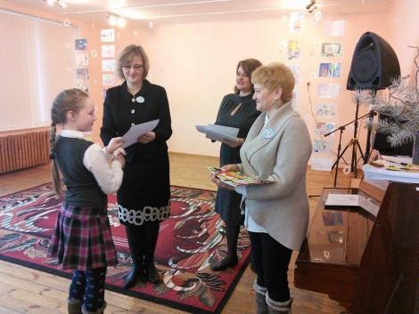 """Laureaci konkursu otrzymali dyplomy oraz książkę """"Bajka o Jasiu"""""""