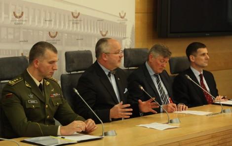 Alvydas Šiuparis, Juozas Olekas, Artūras Paulauskas i Gediminas Grina na konferencji prasowej mówili o działaniach wywiadowczych Rosji i Białorusi Fot. ELTA