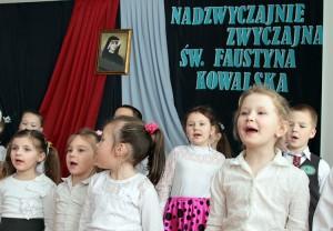 Uczniowie pryzgotowali na uroczystość nadania szkole imienia św. Faustyny program artystyczny Fot. Marian Paluszkiewicz