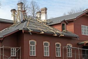 Już wymieniono dach, okna, elewacja cieszy oko autentycznym, zgodnym z oryginałem wykończeniem