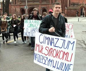 W obronie swej szkoły uczniowie bardzo licznie stawili się na wiecu Fot. Marian Paluszkiewicz