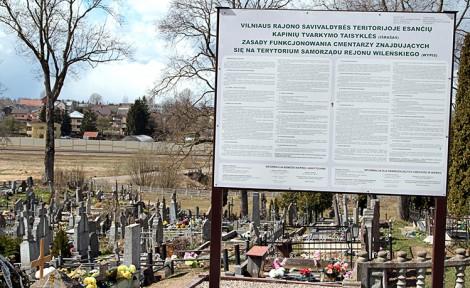 Wcześniej przed bramą cmentarną były dwie tablice z informacją — po polsku i litewsku — o cmentarzu i reglamentacją pochówków na nim   Fot. autor