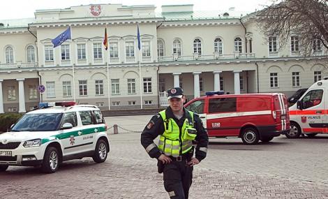 W pobliżu Pałacu Prezydenckiego pracowały licznie przybyłe służby ratunkowe Fot. ELTA