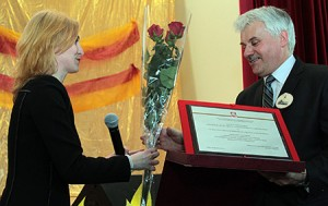 W imieniu wiceprzewodniczącego Sejmu życzenia z okazji potrójnego święta dyrektorowi Mieczysławowi Jasiulewiczowi składała Tatiana Czepukoit Fot. Marian Paluszkiewicz