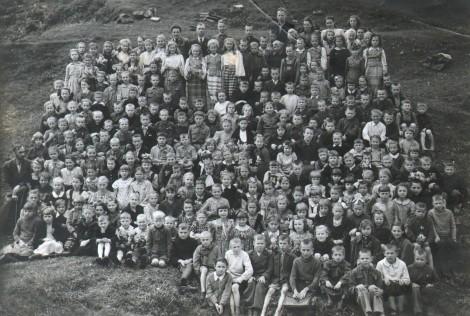 Rok 1945/46. Dzieci wojny – tyle przyszło do polskiej powszechnej szkoły na Lipówce  Fot. z albumu rodzinnego