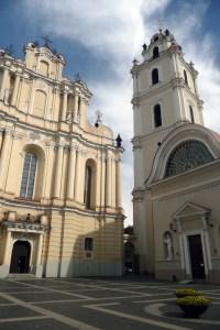 Najbardziej malownicza część zespołu budowli akademickich — kościół pw. św. św. Janów ze stojącą obok dzwonnicą Fot. Justyna Giedrojć