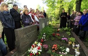 … Anioł Pański za dusze spoczywających, wspomnienia i grób państwa Gulewiczów szczelnie się wypełnia palącymi się zniczami Fot. Jerzy Karpowicz