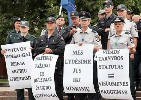 Udział w proteście wzięło około 100 policjantów, strażaków i funkcjonariuszy Straży Granicznej, którzy żądali przyjęcia statutu służb wewnętrznych Fot. Marian Paluszkiewicz