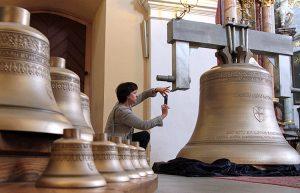 Taka niecodzienna ekspozycja dzwonów jeszcze kilka dni do obejrzenia w wileńskim kościele pw. św. św. Filipa i Jakuba Fot. Marian Paluszkiewicz