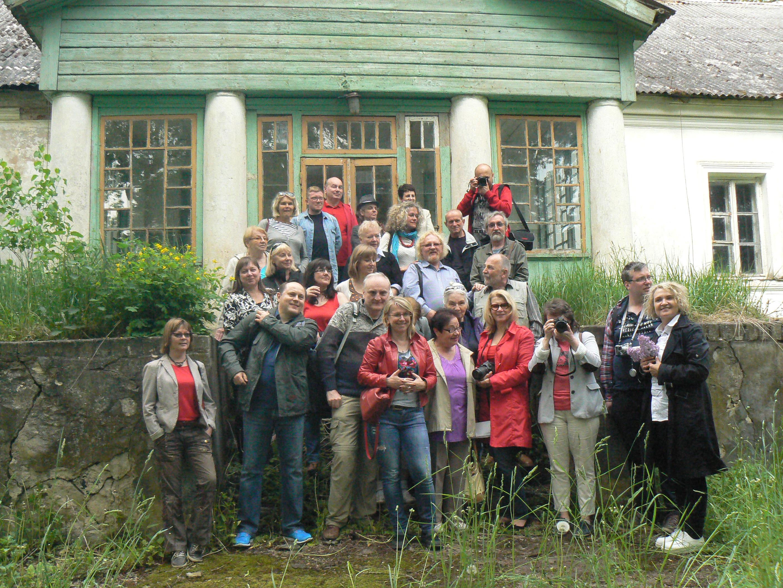Dla uczestników podróży litewskimi śladami Witkiewiczów ten dworek oraz wspólne zdjęcie będą cenną pamiątką Fot. Aleksander Lewicki