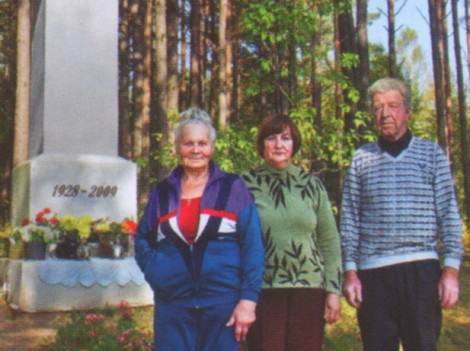 Bronisław i Anastazja Bartoszewiczowie oraz Aldona Bartoszko przy kapliczce Fot. archiwum