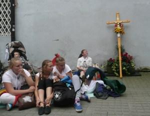 Krótka chwila wytchnienia przed Mszą św. Fot. Justyna Giedrojć