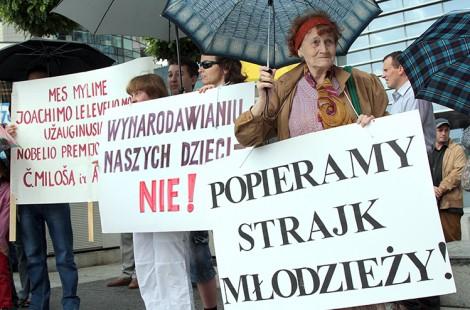 Na wiecu w obronie szkół przed stołecznym samorządem licznie zgromadzili się uczniowie, rodzice i nauczyciele            Fot. Marian Paluszkiewicz