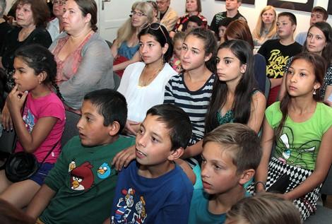 Podczas uroczystości został wyświetlony film podczas którego ludzie, którzy przeżyli likwidację obozu, opowiadali o tamtych strasznych czasach Fot. Marian Paluszkiewicz