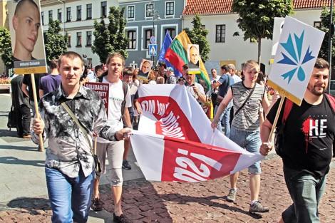 Około 20 obrońców praw człowieka z Białorusi z transparentami przyszło na plac Ratuszowy Fot. Marian Paluszkiewicz