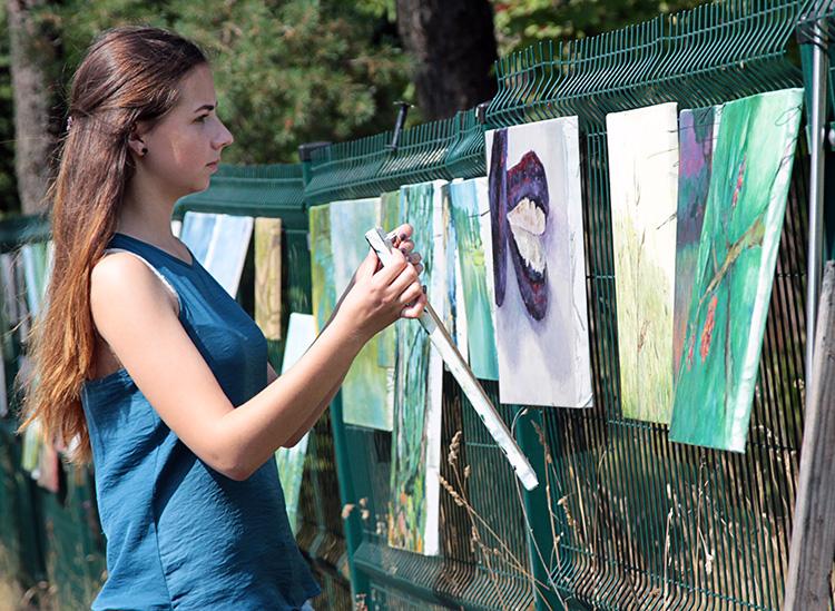 Na zakończenie pleneru zorganizowano wernisaż prac młodych artystów Fot. Marian Paluszkiewicz