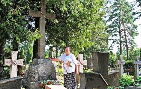 Pani Anna Aleksandrowicz zapoznaje z kwaterą wojskową, gdzie są dwa rzędy grobów. A w środku — wysoki betonowy krzyż Fot. Marian Paluszkiewicz
