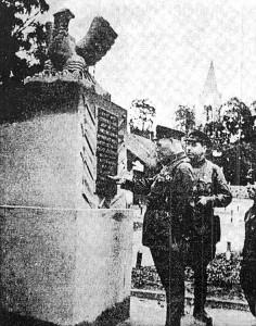 Przedwojenny, pomnik poświęcony bohaterom walk tych lat, który był w Mejszagole. Kiedy żołnierze radzieccy przeczytali, komu jest poświęcony, od razu go zburzono. Na górze jeszcze z orłem. Fot. archiwum