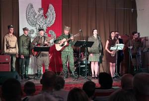 Patriotyczne i liryczne piosenki zaprezentowane przez młodzież wzruszyły widzów Fot. Marian Paluszkiewicz