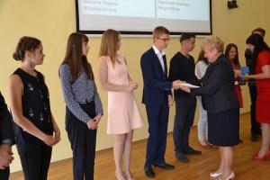 Mer samorządu Maria Rekść uroczyście pogratulowała 13 absolwentom z rejonu, którzy z państwowych egzaminów maturalnych uzyskali najwyższe oceny