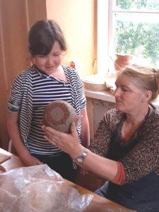 Od 1997 roku warsztaty ceramiczne prowadzi mistrzyni ludowa Margaryta Czekolis