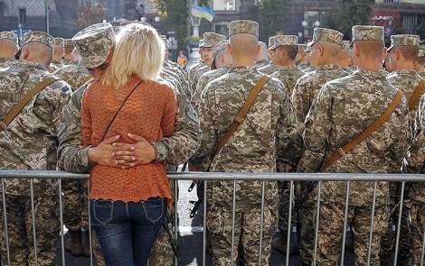 UUP Paliaubos Ukraina Rusija Poroðenka Petro Poroðenka nemato alternatyvos Minsko paliaubø susitarimui. EPA-ELTA nuotr. Kijevas, rugpjûèio 24 d. (ELTA). Ukrainos prezidentas Petro Poroðenka, pirmadiená sakydamas kalbà ðalies Nepriklausomybës dienos proga, pareiðkë, kad nemato kitos alternatyvos vasará pasiraðytai Minsko paliaubø sutarèiai. Vadovo teigimu, po ðio susitarimo pasiraðymo þuvusiø kariø skaièius sumaþëjo septynis kartus. Vegint